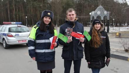 В Гомеле ГАИ поздравила водителей с Днём защитника Отечества и совместно с Красным Крестом научили оказывать первую помощь