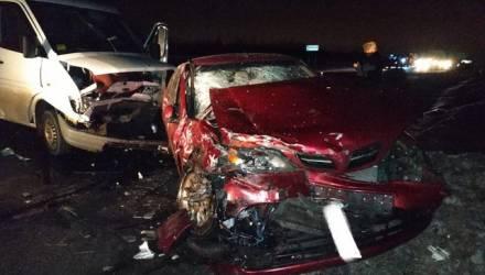 Под Гомелем водитель полного женщин Mercedes не уступил дорогу и протаранил Nissan