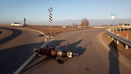 На Гомельщине байкер-бесправник без мотошлема врезался в дорожный знак и попал в реанимацию