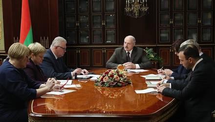 Лукашенко о школьных уроках: «Недавно посмотрел, как изучают биологию: слушайте, полкурса – черви!»