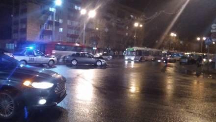 В Гомеле на перекрёстке возле универмага столкнулись две легковушки: образовалась пробка из троллейбусов (фото, видео)