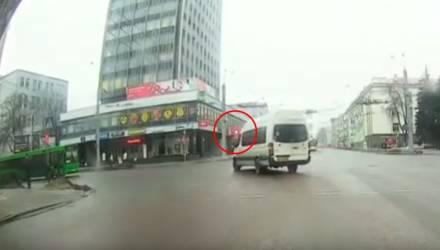 """В Гомеле нашли и наказали очередного водителя маршрутки, который любил ездить на """"красный"""""""