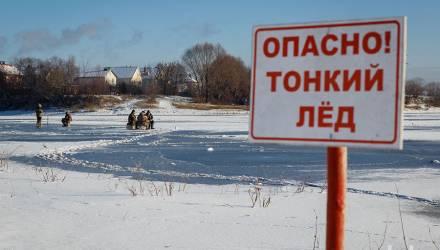 В Житковичском районе пятые сутки ищут провалившегося под лёд госинспектора
