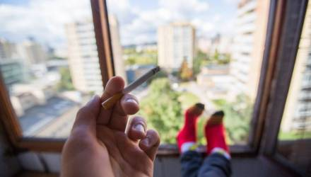 На летних террасах, в кафе и на общих балконах запретят курить и вейпить. А где можно будет дымить?