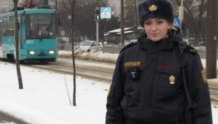 В Минске девушка-милиционер спасла мужчину от наезда трамвая