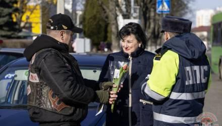 Гомельские байкеры зарулили в Речицу и совместно с ГАИ и местными мотоциклистами поздравили женщин
