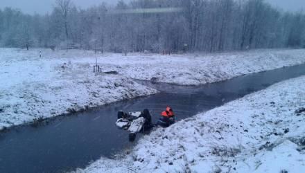 Невероятное везение: на Гомельщине мужчина съехал в канал и перевернулся - его спасли работники МЧС