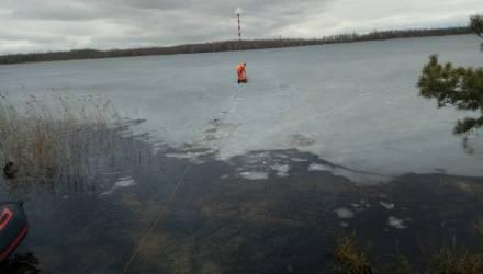 В Пуховичском районе мужчина, которого достали из воды, решил вернуться на озеро — и снова провалился