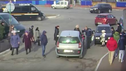 """Будни. В Мозыре женщина за рулём """"боднула"""" вальяжного мужика, а тот разбил ей стекло (видео)"""
