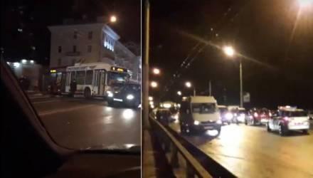 Не дороги, а каток. В Гомеле троллейбус вынесло на тротуар, а на Полесском мосту произошло массовое ДТП