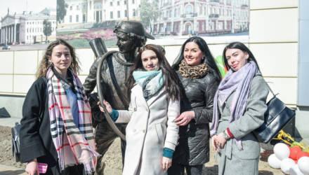 """В Гомеле торжественно открыли скульптуру """"Бегущий пассажир"""" Вячеслава Долгова"""