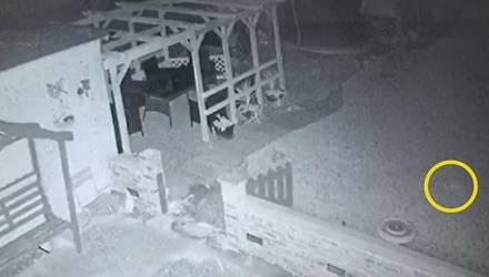 Камера сняла, как калитка открылась сама по себе, а следом появился белый силуэт (видео)