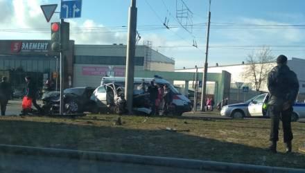 """В Гомеле возле ТЦ """"Мандарин Плаза"""" чёрный """"бумер"""" отправил малолитражку Peugeot в столб"""
