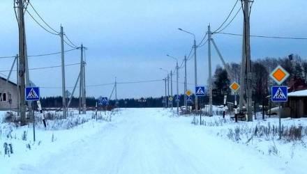 В Беларуси есть чудо-деревня: десятки дорожных знаков на 100-метровом отрезке и разрешенная скорость 90. Где логика?