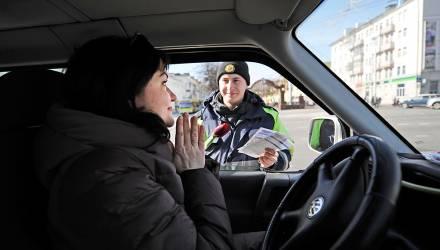 В Гомеле сотрудники ГАИ поздравили женщин-водителей с 8 Марта (фото, видео)