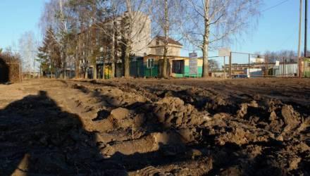 Жители Красного под Гомелем жалуются на стройку: «Разворотили всю дорогу». УКС: «Нужно понять и простить»