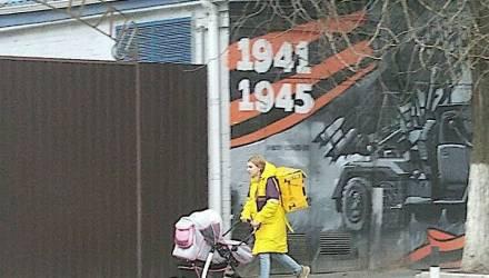 Чиновники запретили курьеру «Яндекс.Еды» выходить на работу с годовалым ребёнком, но после огласки извинились