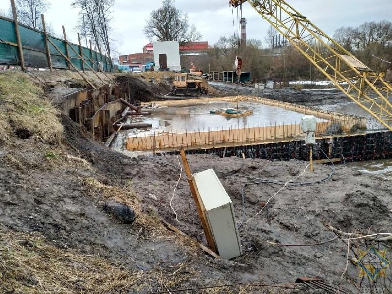В Добруше вода прорвала ограждение котлована строящейся ГЭС и едва не затопила проспект