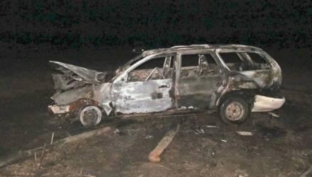 На Гомельщине очевидцы вытащили из горящей машины пьяного угонщика, который в ней уснул
