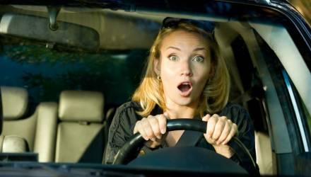 """""""Теряют самообладание и бросают руль"""". В Гомеле рассказали об особенностях езды девушек-водителей"""