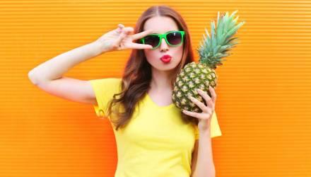 Оказалось, мы всю жизнь ели ананас неправильно. Вот видео, как это нужно делать