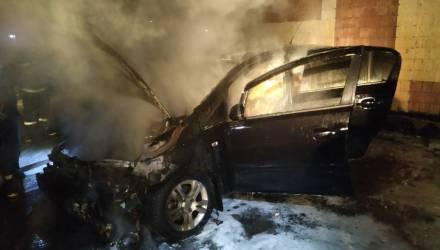 В Речице за сутки горели два авто: в KIA Sorento повреждён салон, а Opel Corsa девушки выгорел целиком