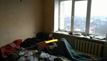 """""""Ужасное зловоние"""". В Гомеле соседи не могут найти управу на женщину, которая превратила свою квартиру в притон"""