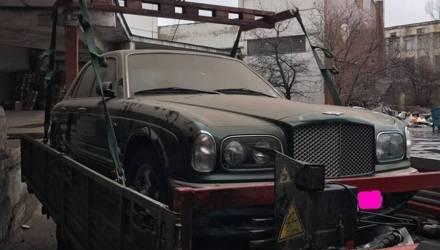 Фотофакт. В одном из дворов Киева нашли брошенный седан Bentley Arnage
