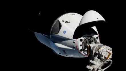 Корабль Crew Dragon впервые пристыковался к МКС