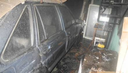 В Гомеле горел гараж с авто внутри – видео