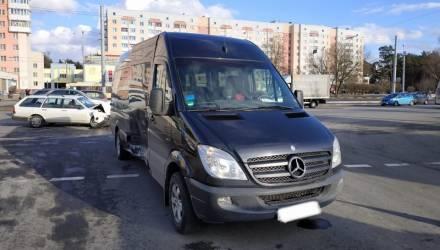 В Гомеле парень на бусе Mercedes при повороте налево не уступил женщине-водителю и получил в бочину