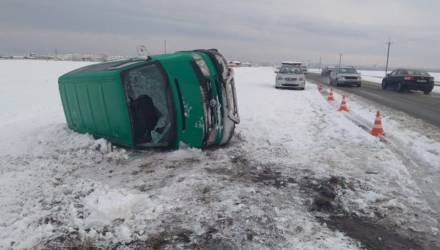 В Лельчицком районе водитель не справился с управлением и положил на бок микроавтобус – пострадала женщина