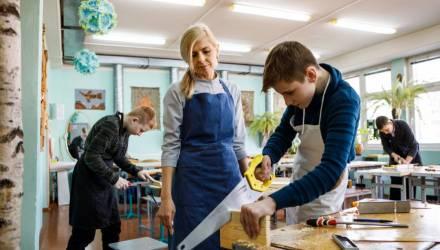 «Многие не верят, что я трудовик». Как белорусская учительница учит мальчиков отличать рубанок от фуганка
