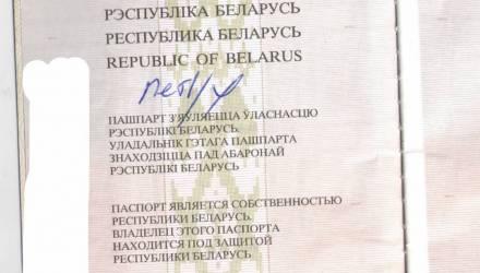 «Раскрыл, а там — «петух». Белорус пожаловался на ГАИ из-за оскорбительной надписи в паспорте