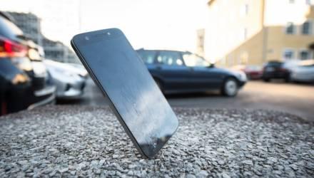 Не растерялся. В Мозыре безработный увидел, как у водителя выпал телефон, схватил его и на глазах изумлённого мужчины убежал