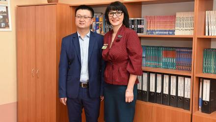 Гомельская школа получила подарки от китайских строителей на 4500 рублей: мебель, холодильник, оргтехнику и спортивный инвентарь