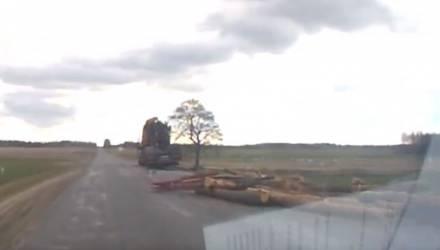 Видеофакт. В Светлогорском районе — очередное ДТП с лесовозом: брёвна свалились на трассу