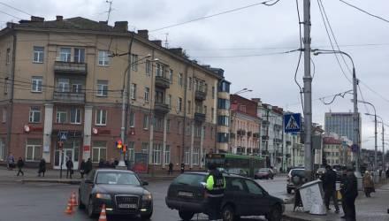 В Гомеле на проспекте Ленина не разъехались две легковушки. Пострадал столб