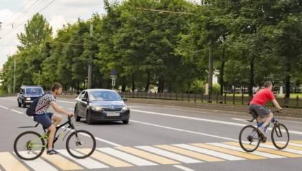 В Беларуси предлагают разрешить велосипедистам не спешиваться на регулируемых переходах