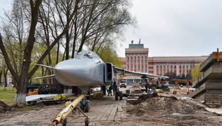 В Гомеле бомбардировщик Сухого доставили к месту установки возле университета – фото