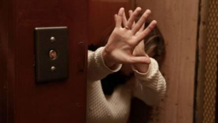 Жлобинчанка чуть не зарезала гостя, который с порога набросился на неё с кулаками