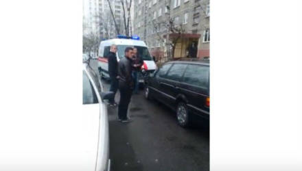 """Необъяснимое: в белорусском дворе водитель легковушки заблокировал """"скорую"""" с маячками"""