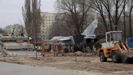 В Гомеле продолжается установка самолета Су-24