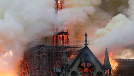 В Париже горит собор Нотр-Дам-де-Пари: обрушились шпиль и крыша, огонь перекинулся на башню