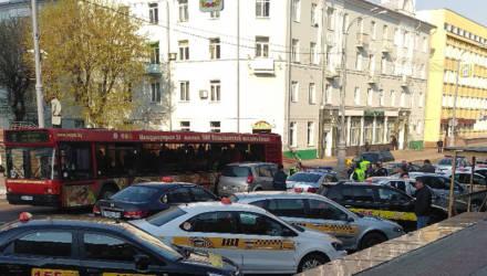 Гомельские таксисты вышли под облисполком протестовать против агрегатора «Максима»