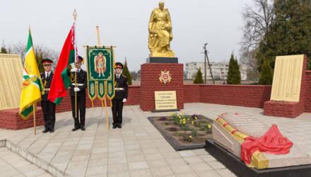 В агрогородке Красное перезахоронили останки красноармейцев и мирных жителей — жертв войны