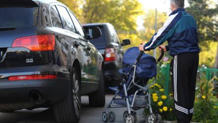В Гомеле жители дома на проспекте Октября жалуются на засилье машин