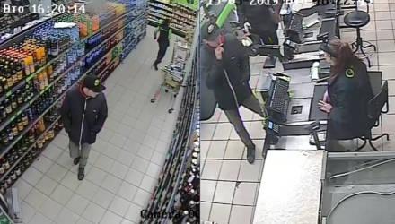 В Гомеле ищут парня в кепке, который ходил по магазинам с чужой карточкой и ни в чём себе не отказывал