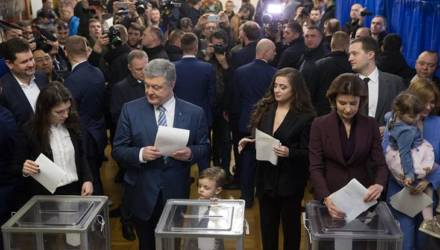 Видео с внуком Порошенко, растоптавшим его бюллетень, стало хитом соцсетей