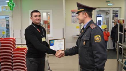 В Жлобине охранника магазина, который помог задержать грабителя, поощрили денежной премией